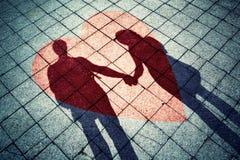 Ombres des couples dans l'amour avec le coeur rouge Photo stock