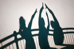 Ombres des personnes faisant des gestes haut cinq images stock
