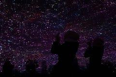 Ombres des personnes sur le fond d'un ciel artificiel Image stock
