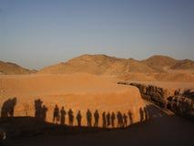 Ombres des touristes sur un mur Images stock