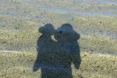 Ombres, et combien d'amour Mes filles préférées sur la mer Image stock