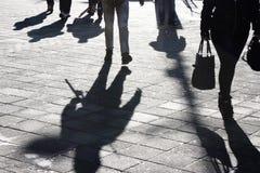 Ombres et silhouettes des personnes dans la rue images libres de droits