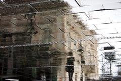 Ombres reflétées un jour pluvieux Photos stock