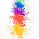 Ombretti luminosi nei colori differenti dell'arcobaleno, sparsi su un fondo bianco fotografie stock