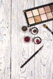 Ombretti, pigmenti, scintillio, spazzole e eye-liner neutrali Immagine Stock Libera da Diritti