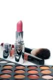 Ombretti variopinti, rossetto e spazzole di trucco Fotografia Stock Libera da Diritti