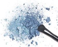 Ombretto blu schiacciato con la spazzola di trucco Fotografie Stock Libere da Diritti