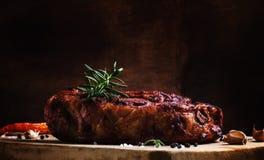 Ombro de carne de porco cozido com pimenta, alecrins e alho, vintage wo foto de stock royalty free