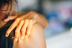 Ombro direito da dor da jovem mulher imagens de stock