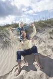 Ombros de Carrying Daughter On do pai na praia Imagens de Stock