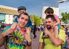 Ombros de Carrying Son On do pai durante Imagens de Stock