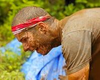 Ombros principais sujos do homem da corrida da lama Foto de Stock Royalty Free