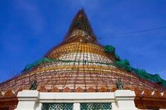 Ombyggande av Nakornpathom Chedi Royaltyfri Bild