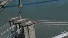 Omcirkelende vlag op de brug van Brooklyn stock video