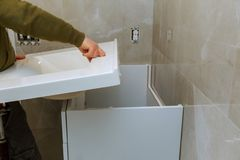 Omdana renovering i badrum med installation av räknareklappet arkivbilder