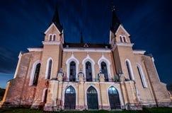Omdanad kyrklig byggnad vid natt Royaltyfri Foto