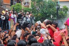 Omed-omedan kyssande ritual, Bali Arkivbilder