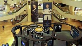 Omega 20 år av den James Bond utställningen, Hong Kong Royaltyfria Bilder