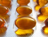Omega 3 ridurre in pani in pacchetto della stagnola Immagine Stock Libera da Diritti