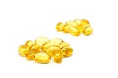 Omega 3 cápsulas para el concepto de dieta en el fondo blanco Fotografía de archivo