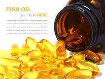 Omega 3 capsule dell'olio di pesce che si rovesciano da una bottiglia Fotografie Stock Libere da Diritti