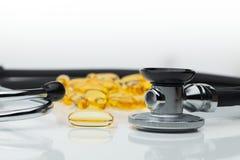 Omega 3 capsules avec le stéthoscope image libre de droits
