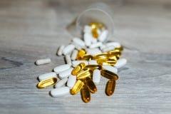 Omega 3, carnitine, κρεατίνη, παχύς ενισχυτής καυστήρων, BCAA και τεστοστερόνης σέσουλα για την πρωτεΐνη ορρού γάλακτος Χάπια και στοκ εικόνες με δικαίωμα ελεύθερης χρήσης