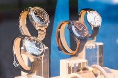Omega Fachowy zegarek w witrynie sklepowej Rosja Petersburg 09 2018 Październik obraz stock
