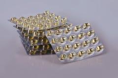 Omega 3 kapsuły w bąblu odizolowywającym obraz stock