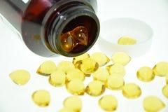 Omega 3 rybiego oleju kapsuły rozlewa z butelki Zdjęcie Royalty Free