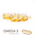 Omegan 3 kapslar med prövkopian smsar på vit Arkivfoton