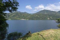 Omegna, Ιταλία, και η λίμνη Orta Στοκ Εικόνες