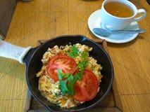 Omelet en thee stock foto