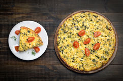 Omelet with herbs and fresh tomatoes Royalty Free Stock Photos