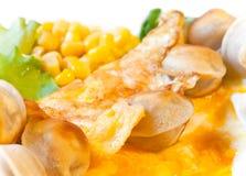 Omelet met groenten en geroosterde pelmeni Stock Fotografie