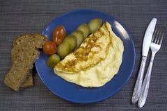 Omelet met groenten op blauwe plaat Royalty-vrije Stock Afbeelding