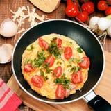 Omelet met ham, tomaten en chees op de pan Royalty-vrije Stock Foto's