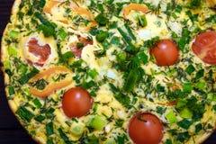 Omelet met kersentomaten, paprika en kruiden voor 2 personen Royalty-vrije Stock Foto