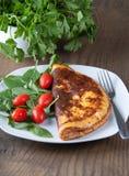 Omelet met Kruiden en Spinazie op Witte Plaat Royalty-vrije Stock Foto's