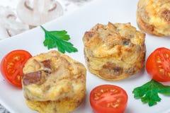 Omelet met paddestoelen, peterselie, kersentomaten en broodcroutons royalty-vrije stock foto's