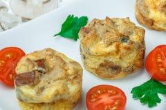 Omelet met paddestoelen, peterselie, kersentomaten en broodcroutons royalty-vrije stock afbeelding