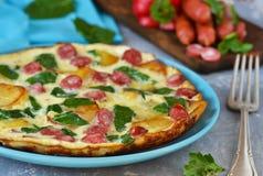 Omelet met spinazie, kaas en Beierse worsten Stock Afbeelding