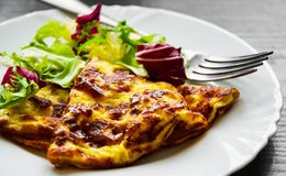 Omelet met verse gemengde saladebladeren in een plaat Royalty-vrije Stock Foto's