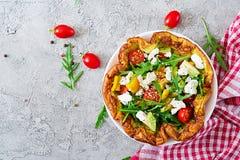 Omelet met verse tomaten, avocado en mozarellakaas stock fotografie