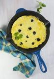 Omelet met zwarte truffel en kruiden royalty-vrije stock afbeeldingen