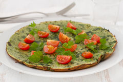 Omelet with spinach and tomato Royalty Free Stock Images