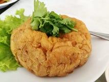 Omelet Thaise stijl op de plaat stock afbeeldingen