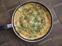 omelet van gebraden geslagen eieren wordt gemaakt dat royalty-vrije stock fotografie