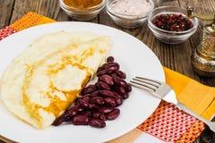 Omeleta útil do café da manhã da proteína e feijões fervidos imagens de stock royalty free