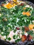 Omeleta com bacon e as cebolas verdes fritados fotografia de stock royalty free